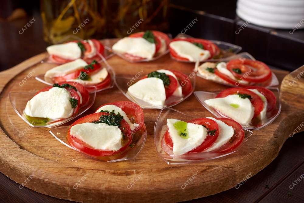 Semplice Catering Капрезе с моцареллой, помидором и песто