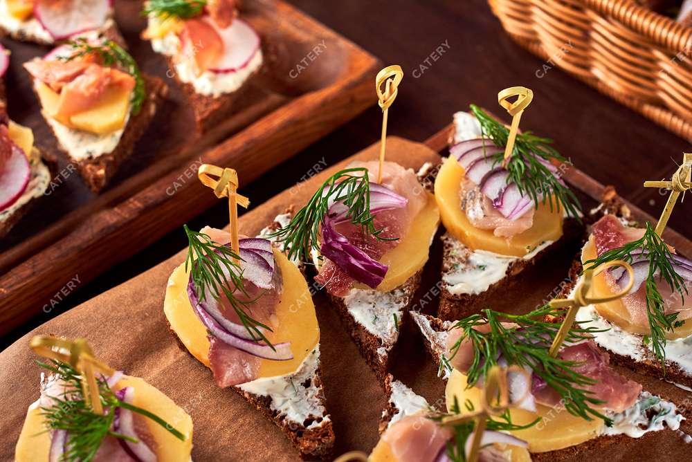 Semplice Catering Алюторская сельдь на бородинском хлебе со свеклой