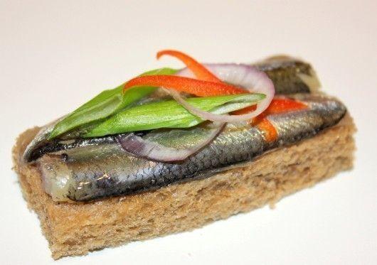 САДко Сatering Тост из бородинского хлеба с килькой