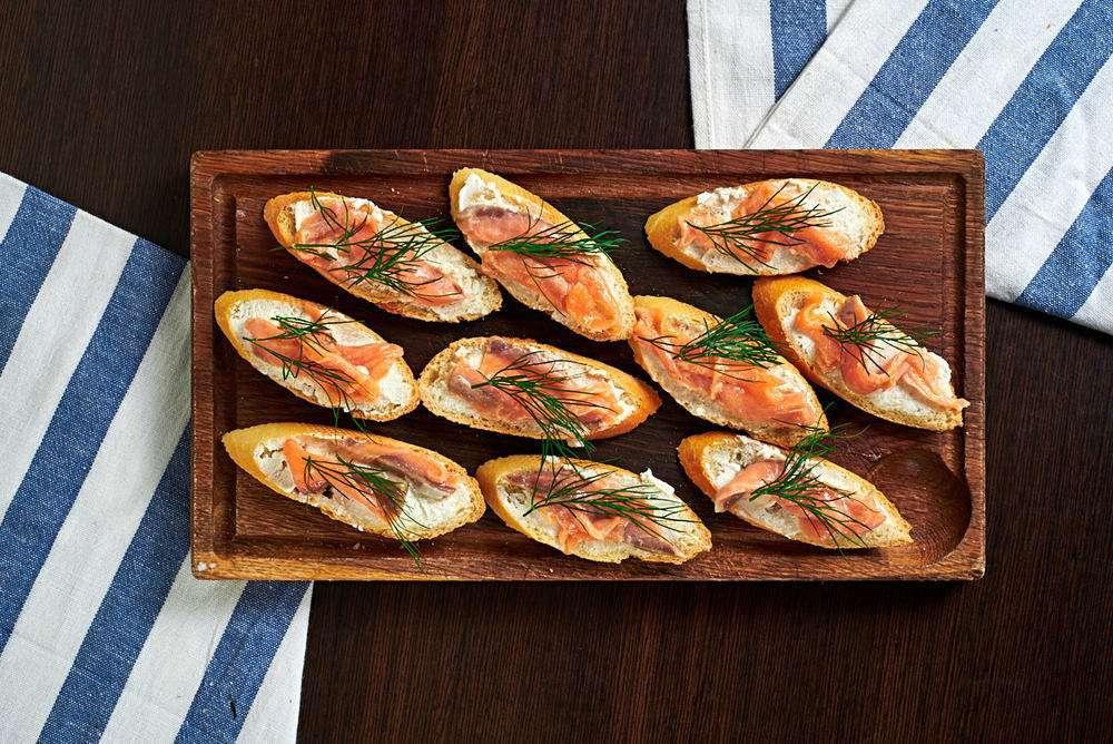 Semplice Catering Кростини с лососем и рикоттой