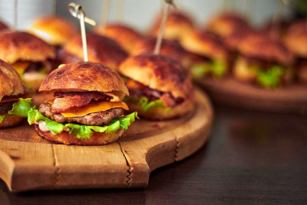 Semplice Catering Мини-чизбургер с говяжьей котлетой и беконом