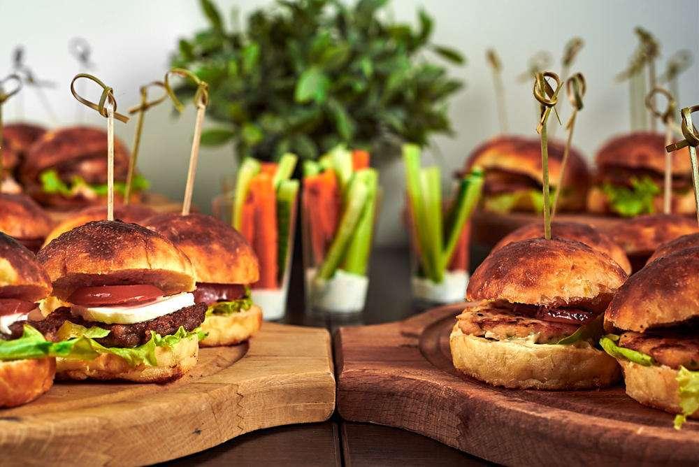 Semplice Catering Итальянский мини-бургер с говяжьей котлетой, помидором и моцареллой