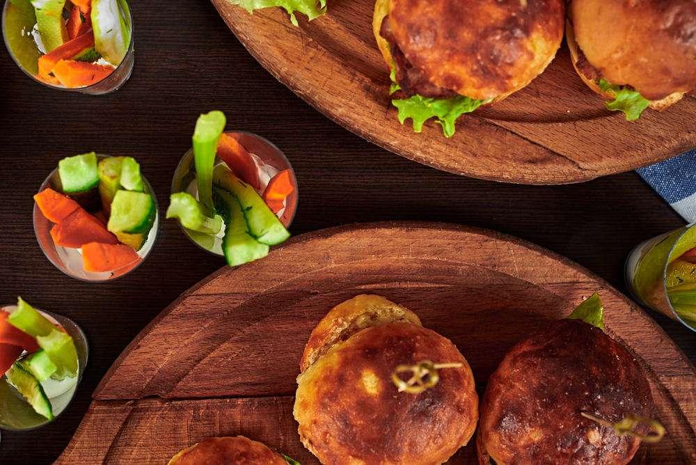 Semplice Catering Мини-бургер с цыпленком баттермилк и маринованным огурцом