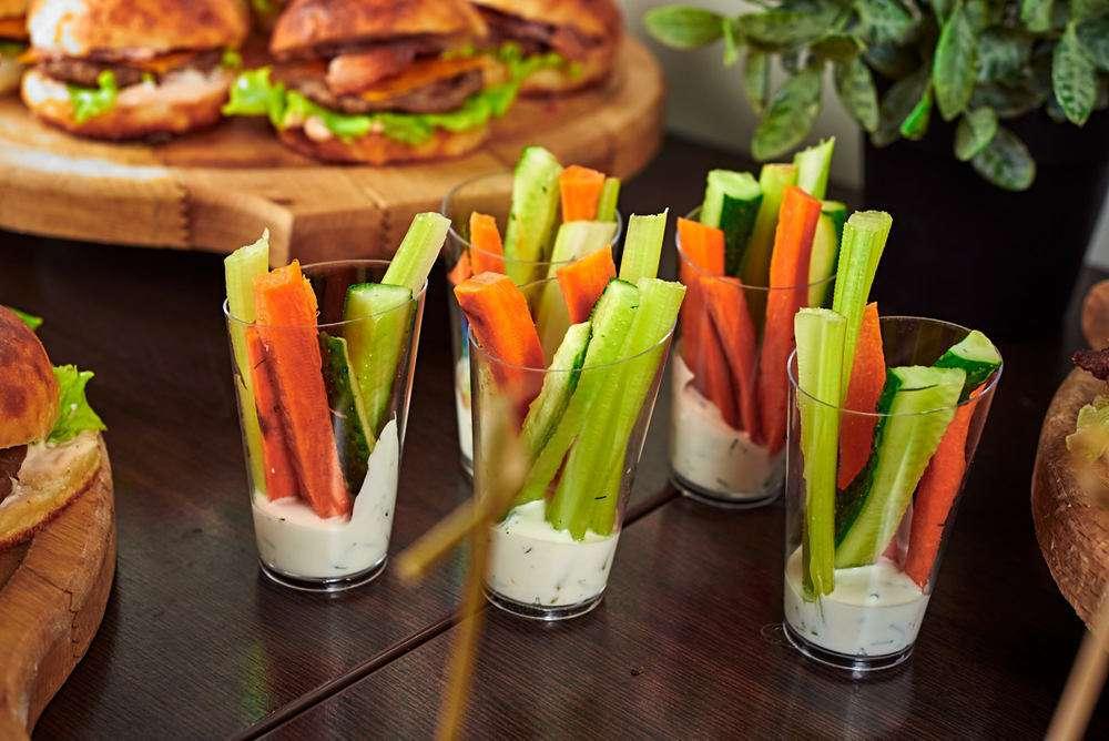 Semplice Catering Свежие овощи с сырным соусом