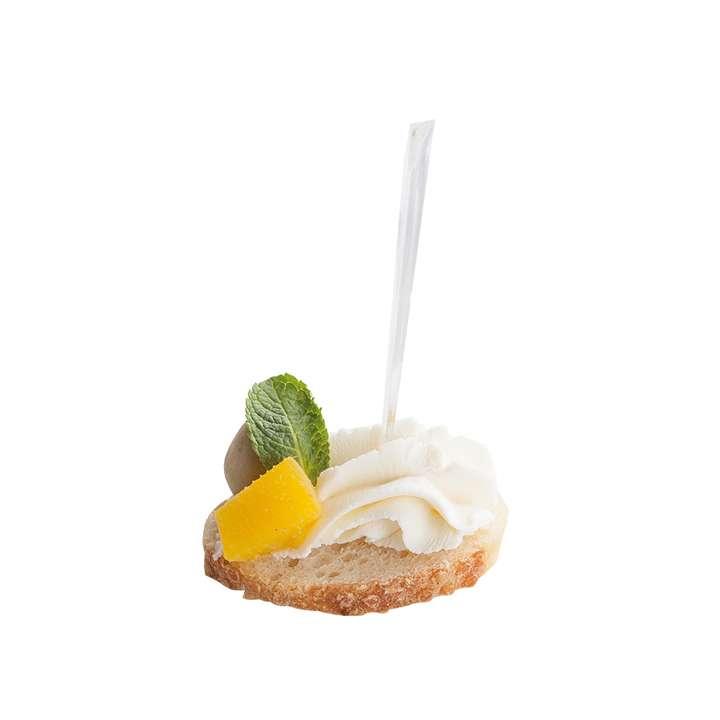 Арт Нуво Кейтеринг  Канапе с мягким козьим сыром на багете персиком и оливкой