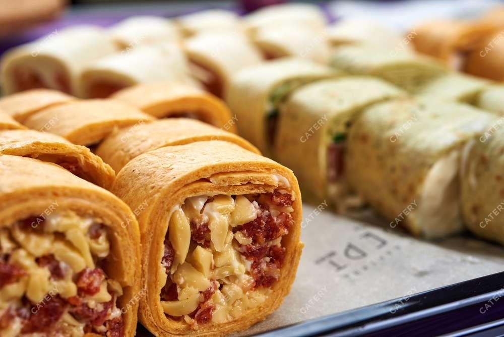 Мольберт Тортилья с колбасками Пепперони, салатом Айсберг и сыром